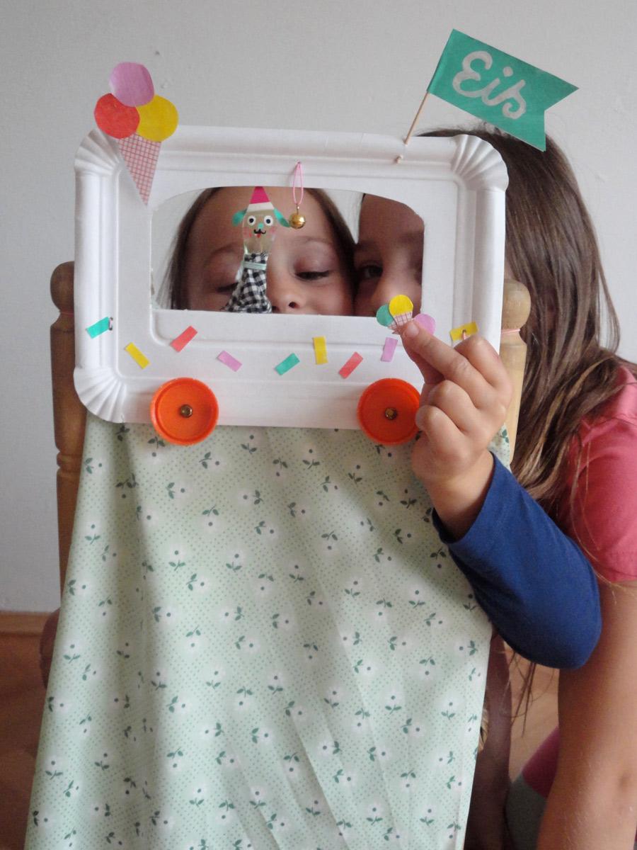Kinder spielen Puppentheater