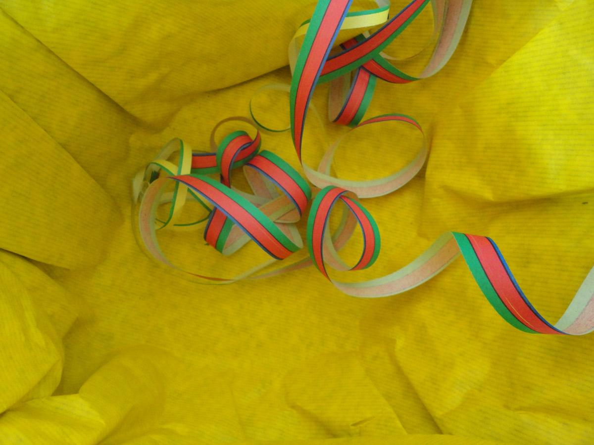 gelbes Papier mit Luftschlange