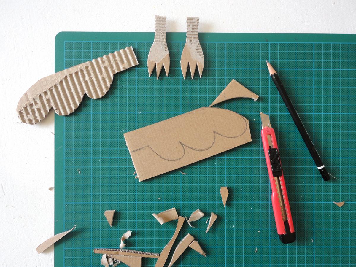 Flügle und Krallen aus Pappe geschnitten