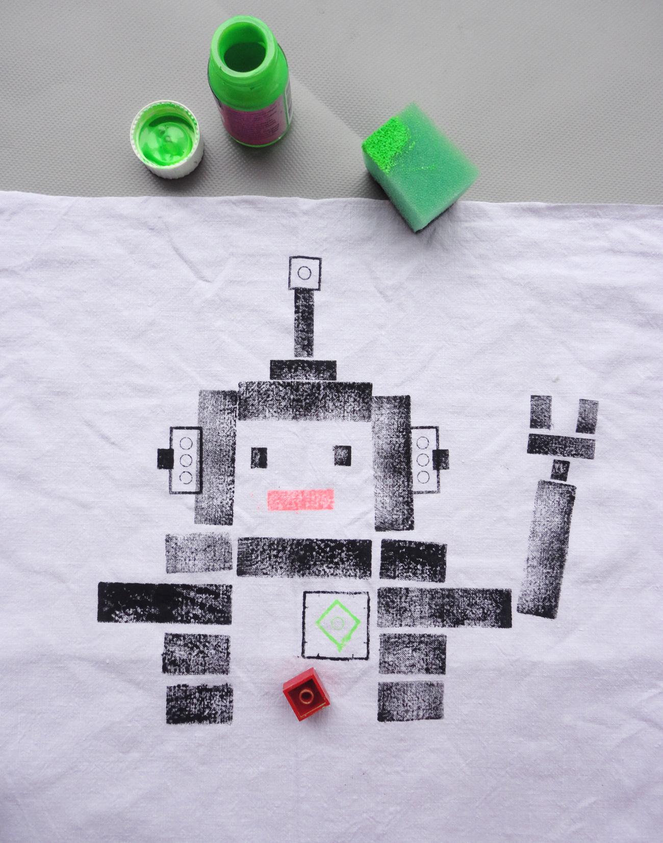 Mit Legosteinen wird ein Roboter gestempelt