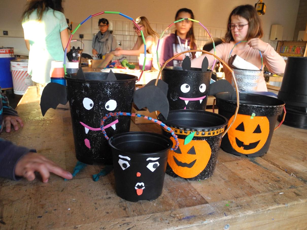 Upcycling-AG, Halloween-Eimer für Süßes aus Pflanztöpfen