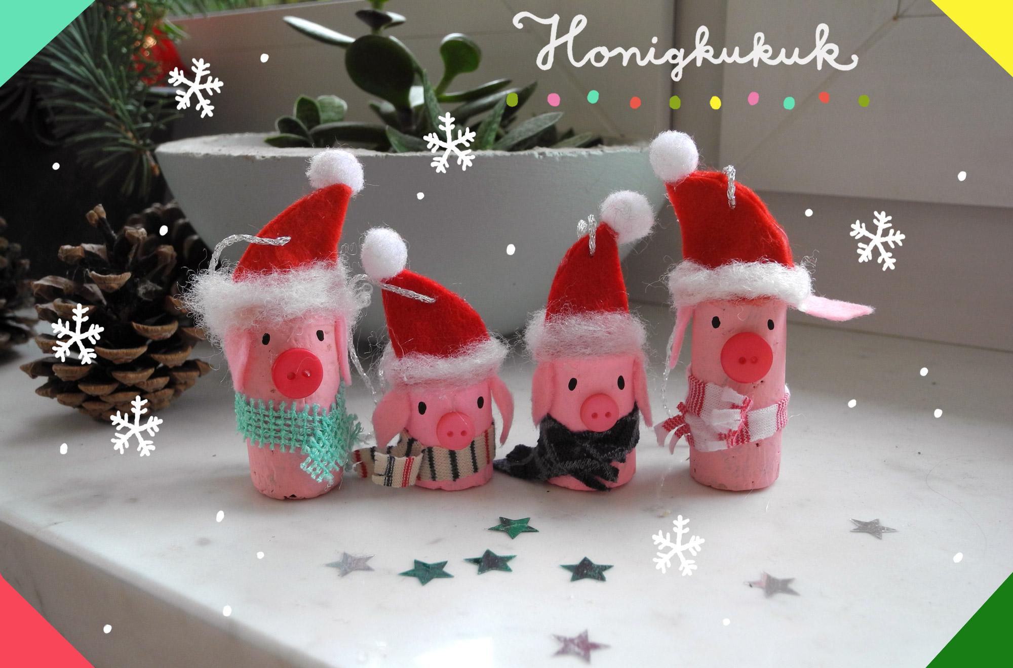 Weihnachtsbaumschmuck aus Korken, Schweinchen mit Weihnachtsmannmützen