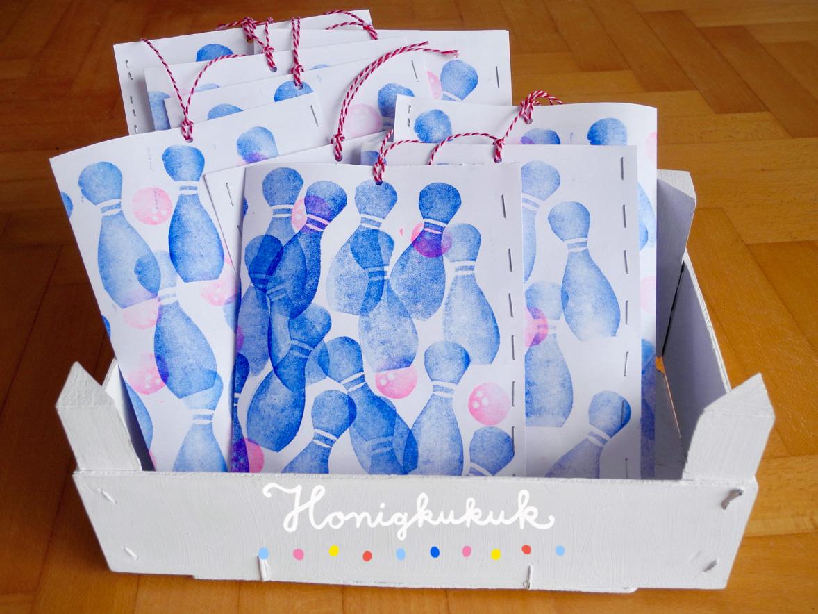 Bowling-Kindergeburtstag Mitgebsel, Papiertüten in Kiste
