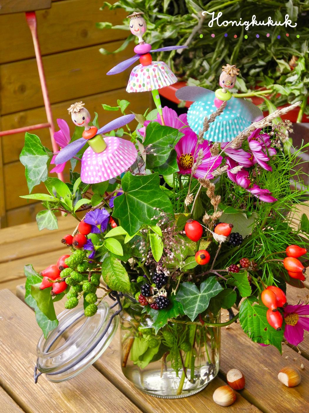 Feen aus Mohnkapseln im Blumenstrauß