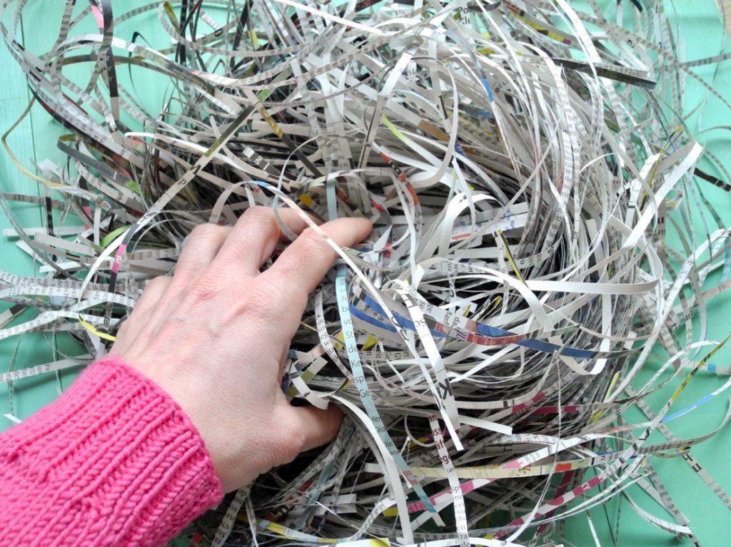 Vogelnester aus Zeitungspapier basteln, Zeitungspapier im Aktenvernichter schreddern