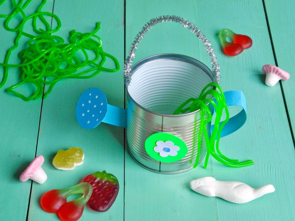 Mitgebsel für die Kinderparty, Gießkannen aus Blechdosen, Füllung